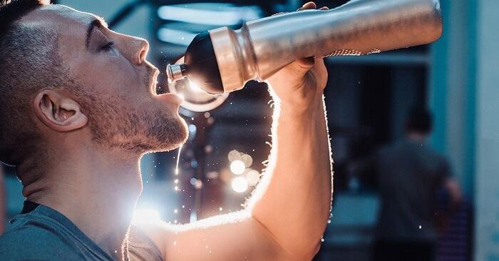 Uống đủ nước hàng ngày và đủ nước khi luyện tập